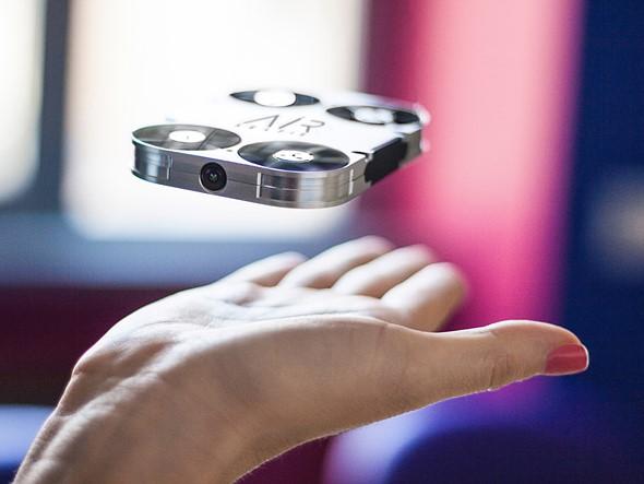 Air Selfie, Drone Mini Multiguna Ini Telah di Lengkapi Powerbank Untuk Smartphone