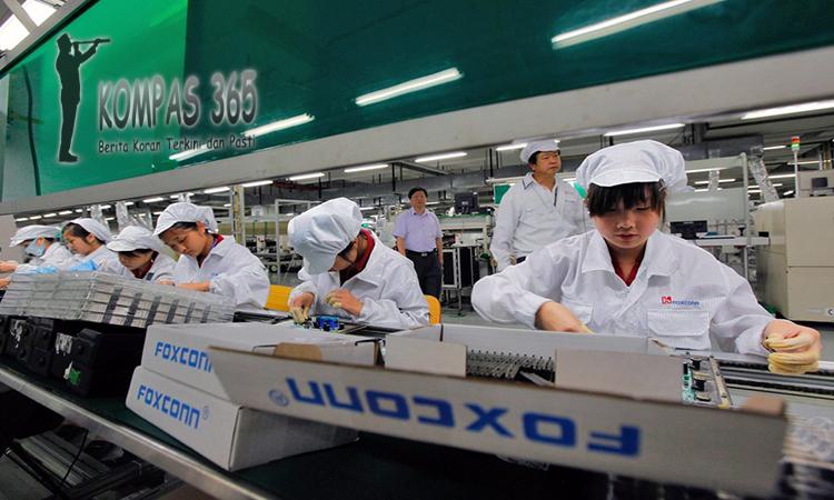 pekerja robot iphone